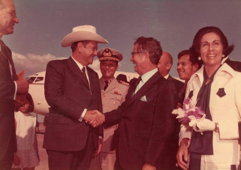 1970. Junio, 4. Visita a los productores petroleros de Houston, Texas. Lo recibe el alcalde Louis Welch.