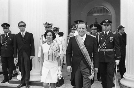1970. Marzo, 11. Entrando al Congreso Nacional para presentar el mensaje correspondiente a su primer año de gobierno.