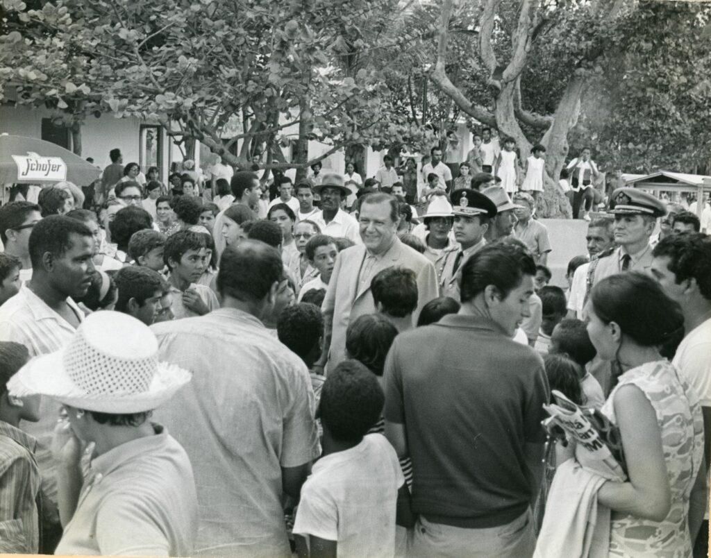 1970. Octubre, 11. Recorrido a pie por Macuto.