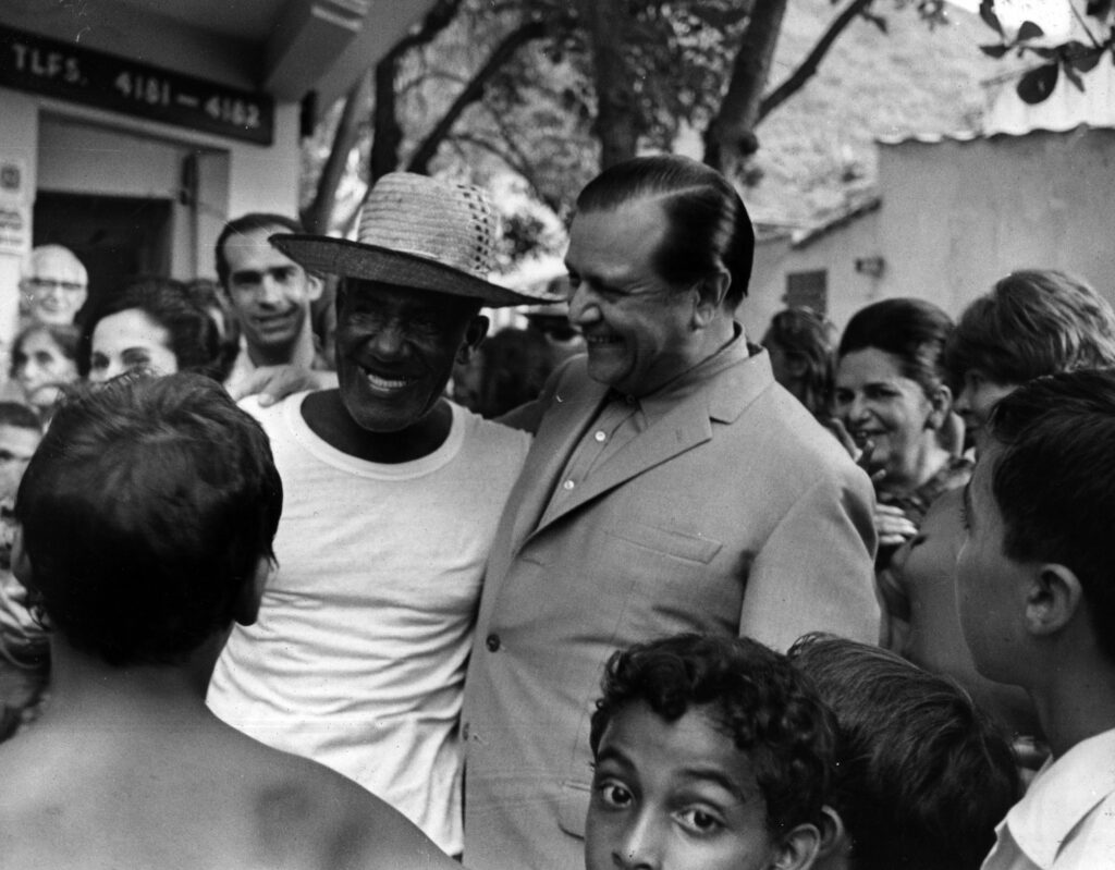 1970. Octubre, 11. Recorrido a pie por Macuto. Encuentro cordial en la Plaza de las Palomas.