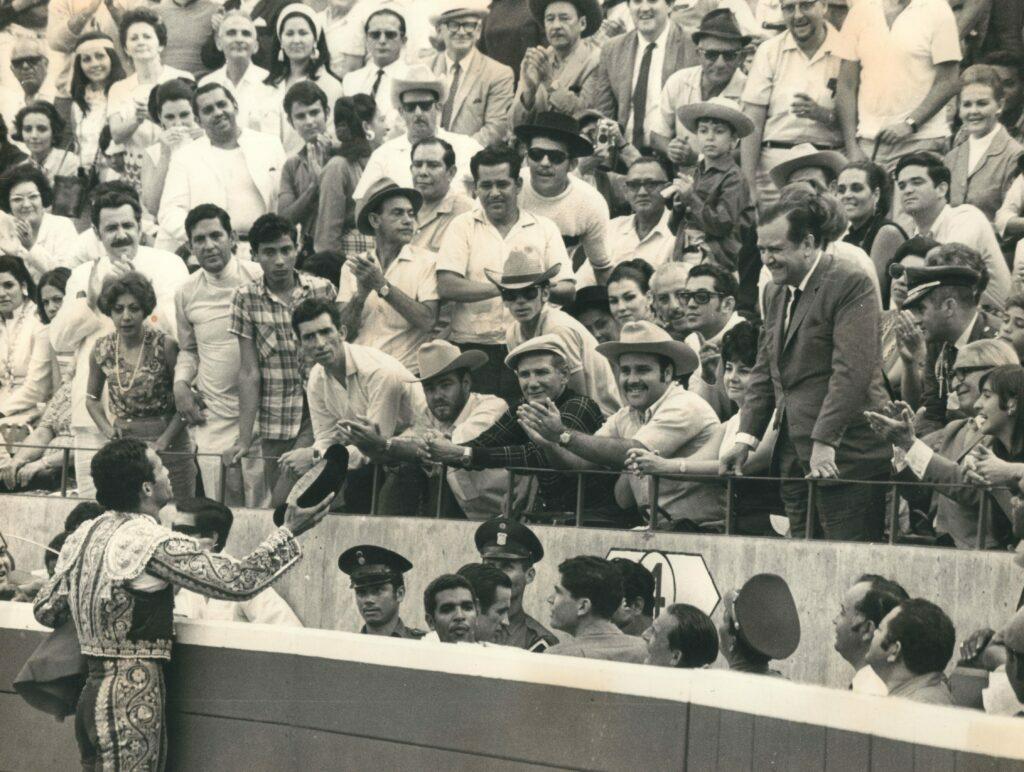 1970. Recibe el brindis de un toro por Curro Girón.