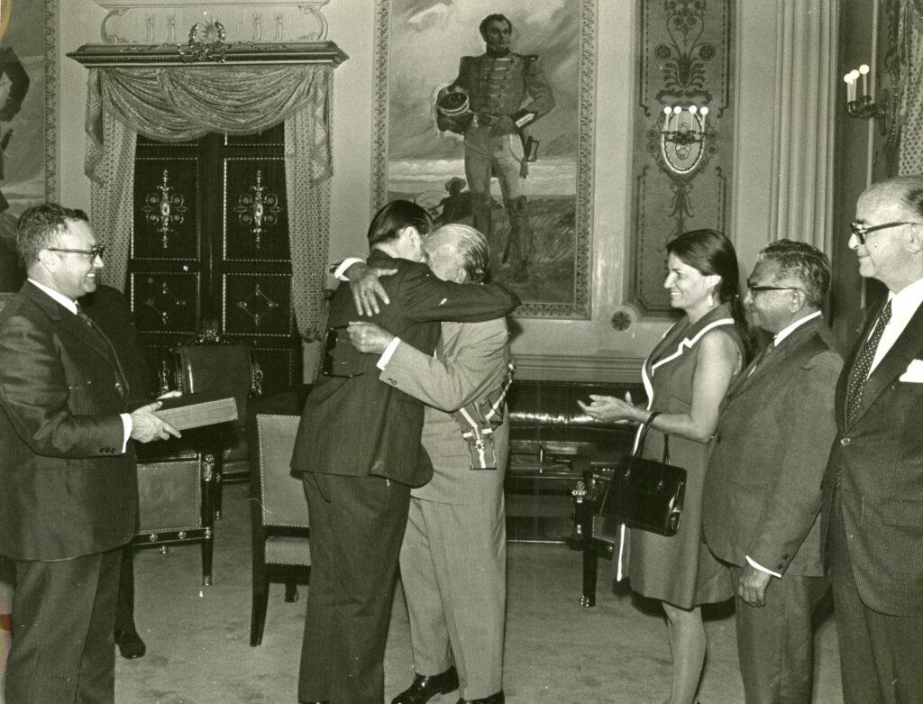 1971. Abril, 15. Imposición de la orden Andrés Bello al profesor Pablo Vila en el Palacio de Miraflores.