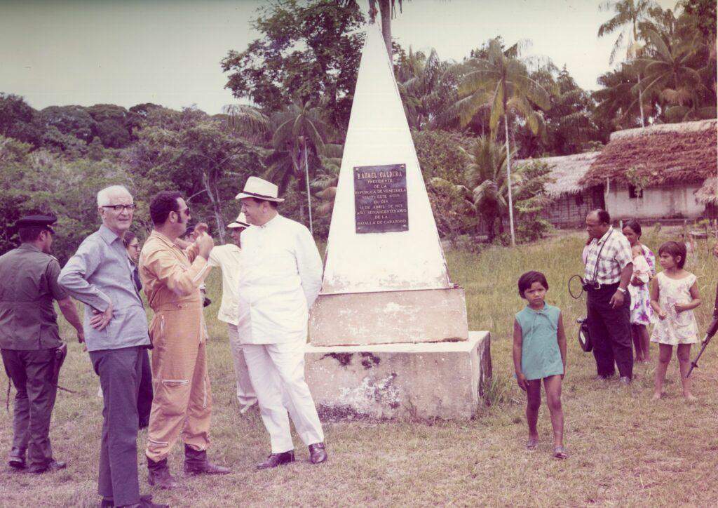 1971. Abril, 18. Visita al límite de la frontera con Brasil, cerca de la piedra del Cocuy, acompañado por Pedro Pablo Barnola, S.J.