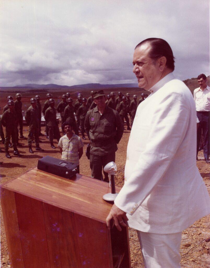 1971. Diciembre, 5. Gira a Guayana. Se dirige a los oficiales y tropa del campamento Mariscal Sucre de la Gran Sabana.