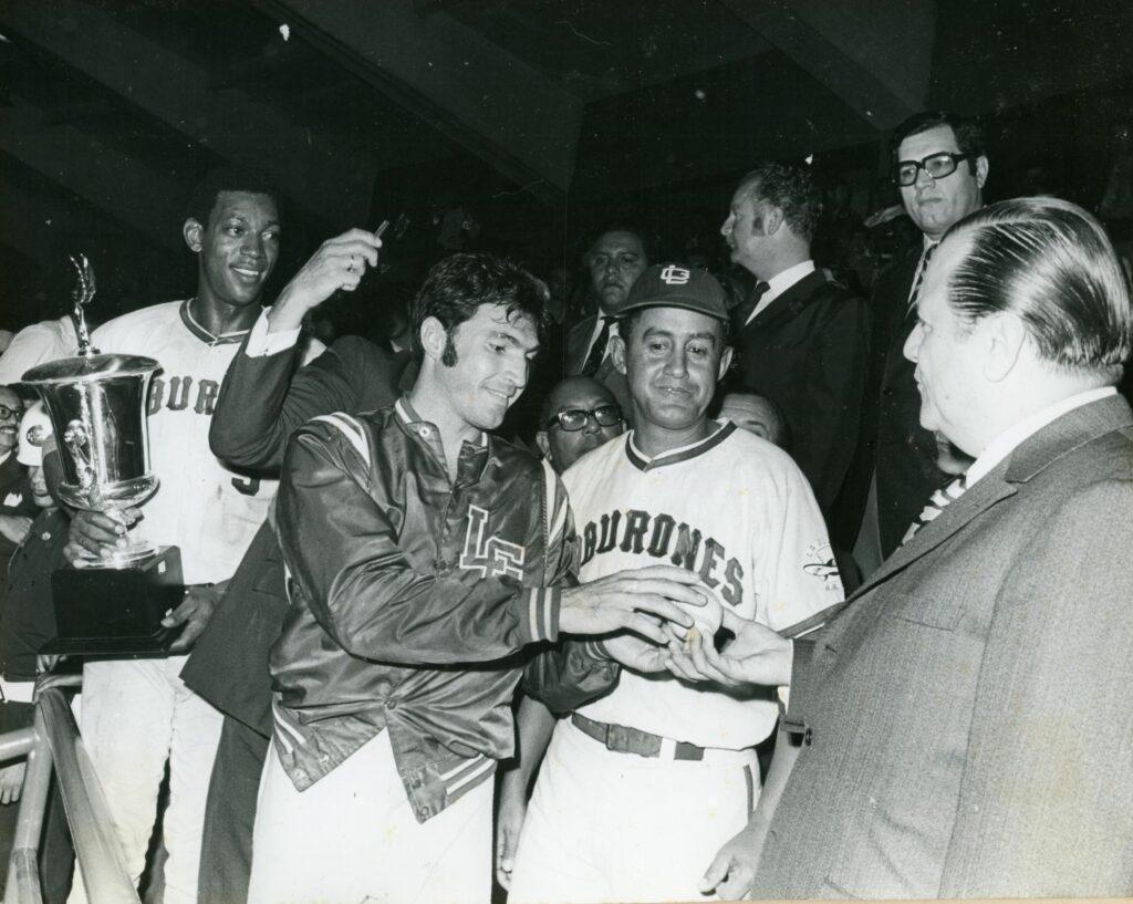 1971. Febrero, 3. Celebrando con los Tiburones de La Guaria en el Estadio Universitario, Caracas.