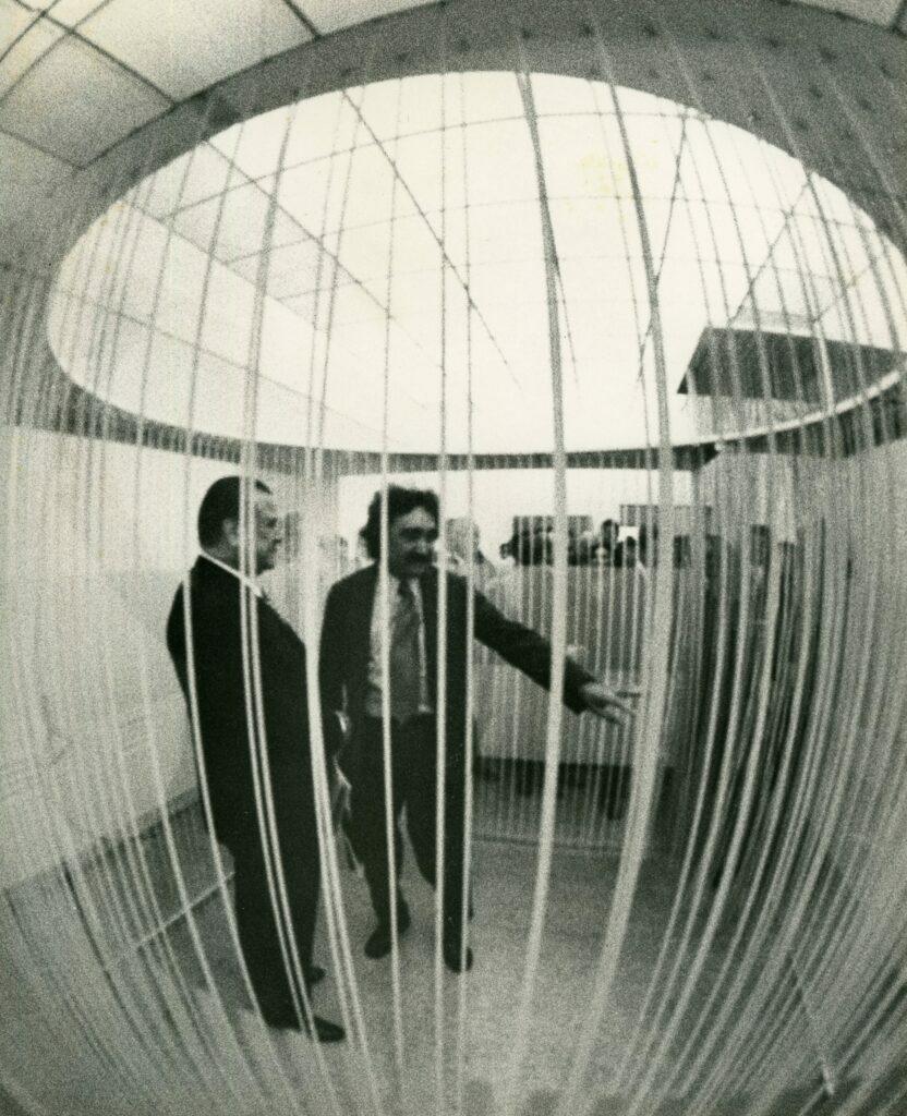 1971. Junio. Con Jesús Soto, dentro de uno de sus penetrables.
