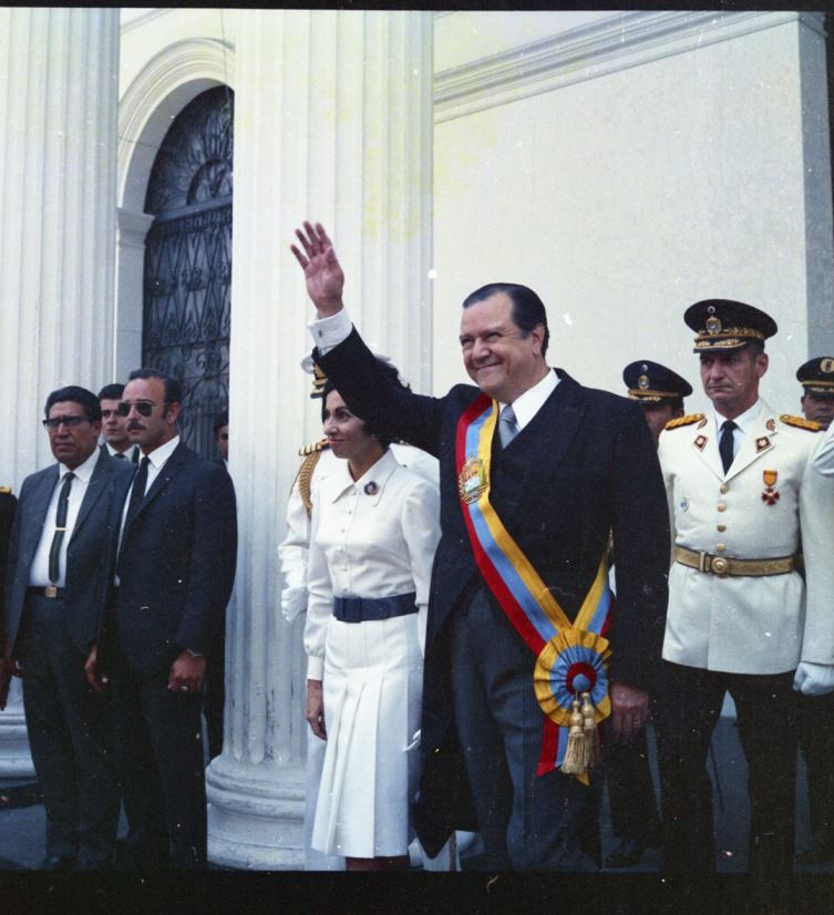 1971. Marzo 11. A su salida del Congreso Nacional, después de haber presentado su Segundo Mensaje.
