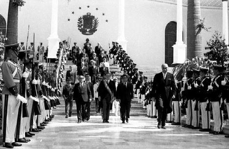 1971. Marzo, 11. Ingresando al Congreso Nacional, acompañado de la comisión parlamentaria, a presentar el Segundo Mensaje de su primer gobierno.