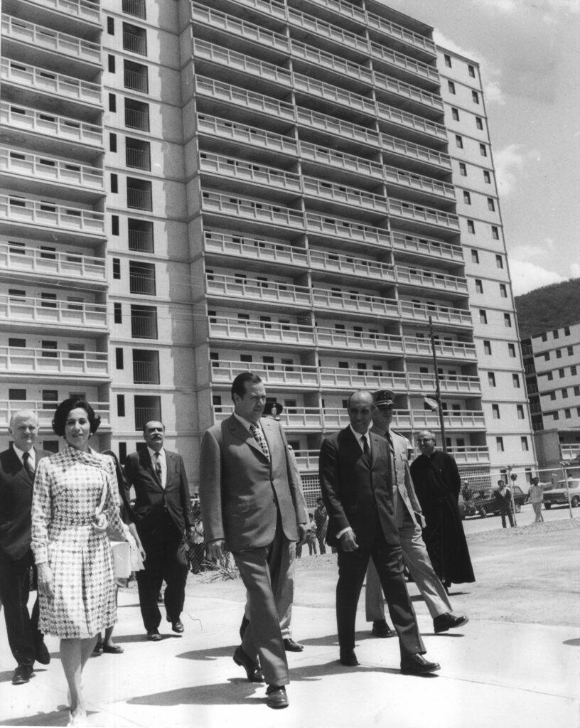 1971. Mayo, 15. Inauguración de bloques en la UD-III de Caricuao, Caracas, en compañía de Alfredo Rodríguez Amengual, Carlos Guinand Baldó y Luis Pietri.