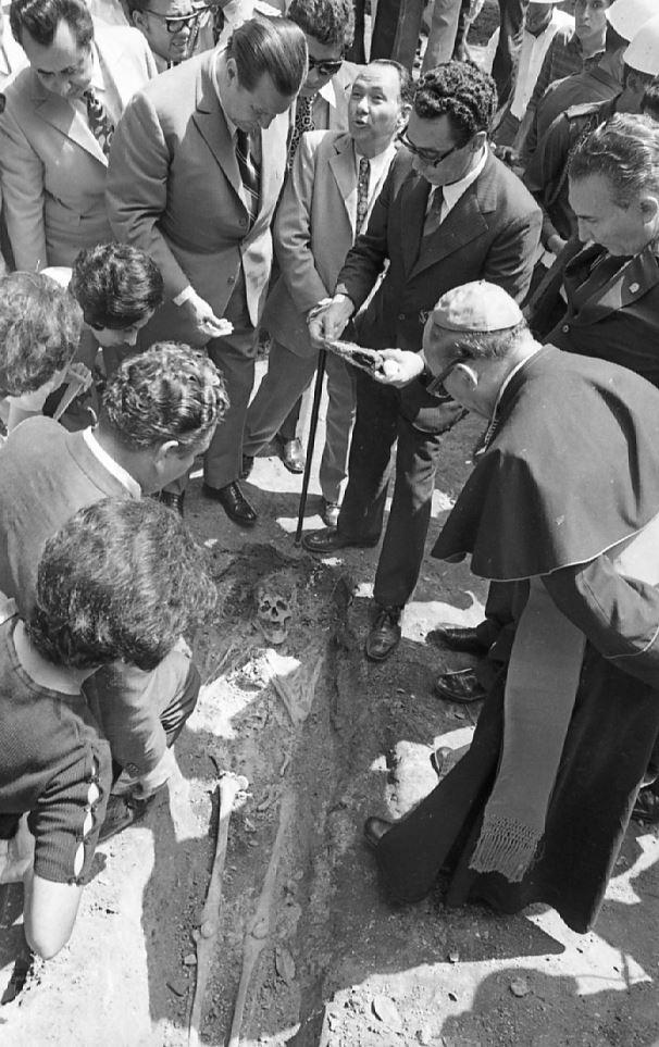 1971. Octubre, 14. En las excavaciones del Parque San Felipe El Fuerte, con Mauro Páez Pumar, Simón Saavedra, Rafael Rodríguez Navarro y el obispo Tomás Márquez Gómez.