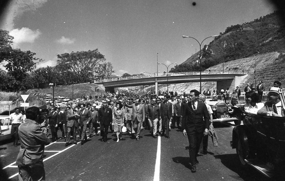 1971. Octubre, 16. Inauguración del tramo La Castellana-El Marqués-La Urbina de la avenida Boyacá, Cota Mil, Caracas.