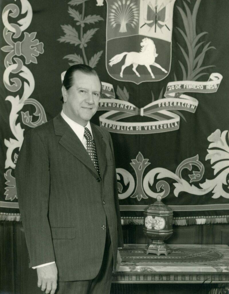 1972. En la residencia presidencial La Casona, con un tapiz contentivo del escudo nacional.