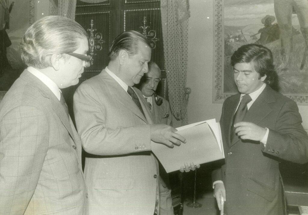 1972. Enero, 12. Entrega del libro de turismo por Diego Arria, presidente de CONAHOTU, en presencia de Héctor Hernández Carabaño.