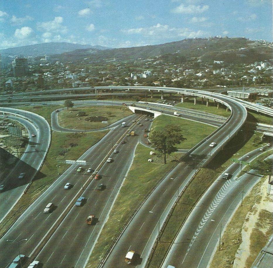 1972. Julio, 23. Inauguración del Distribuidor El Cienpiés en la autopista Francisco Fajardo, Caracas.