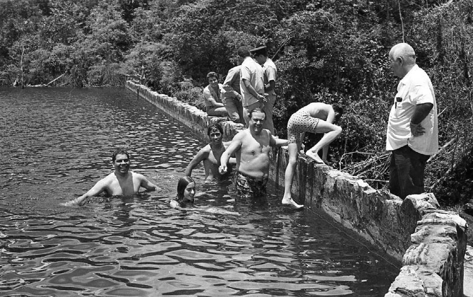 1972. Marzo, 29. Gira a la Gran Sabana. Bañándose con sus hijos en una presa cercana a Kanavayén.