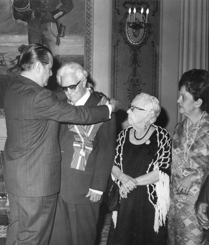 1973. Abril, 11. Condecoración al poeta Fernando Paz Castillo en el Palacio de Miraflores.