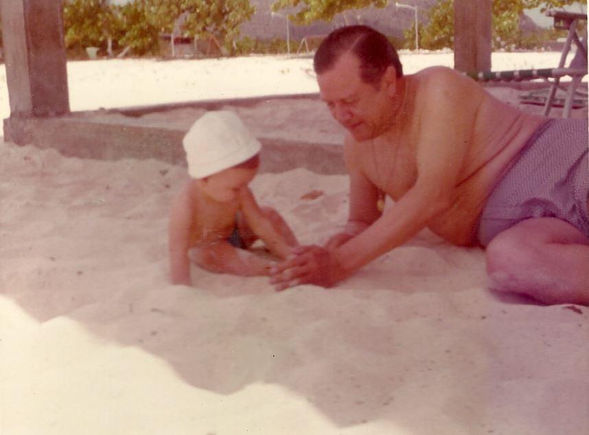1973. Agosto, 19. Jugando en la arena con su primer nieto Andrés Rafael.
