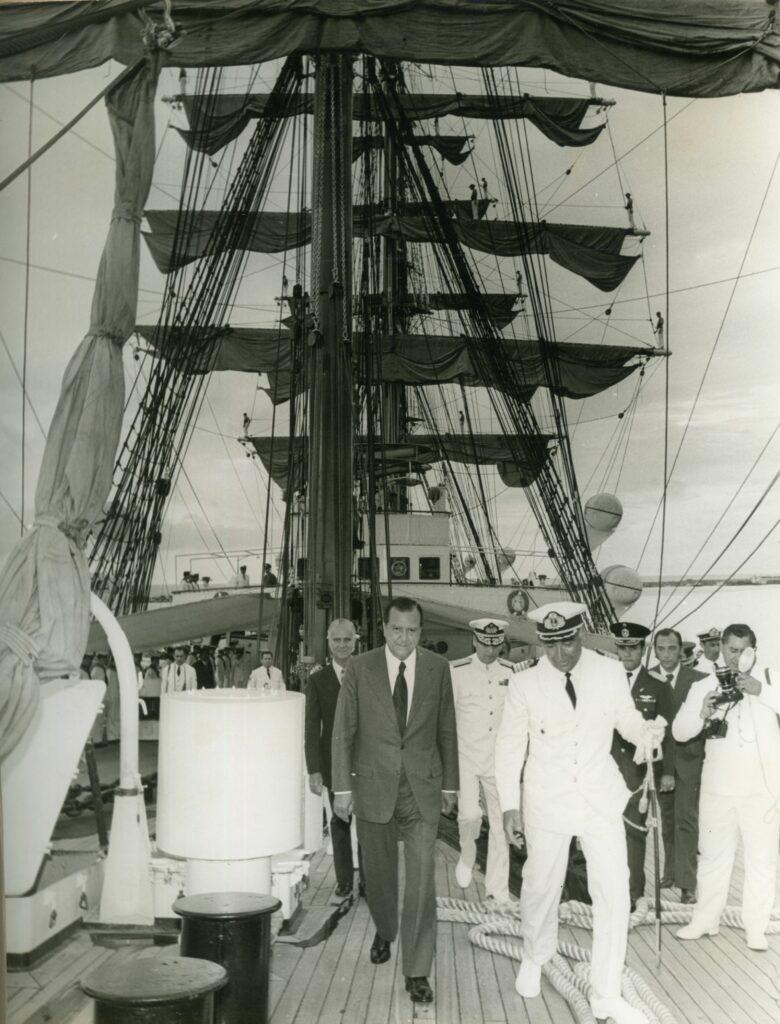 1973. Agosto, 22. Visita a la fragata chilena Libertad en el Puerto de La Guaira, en compañía de Arístides Calvani.