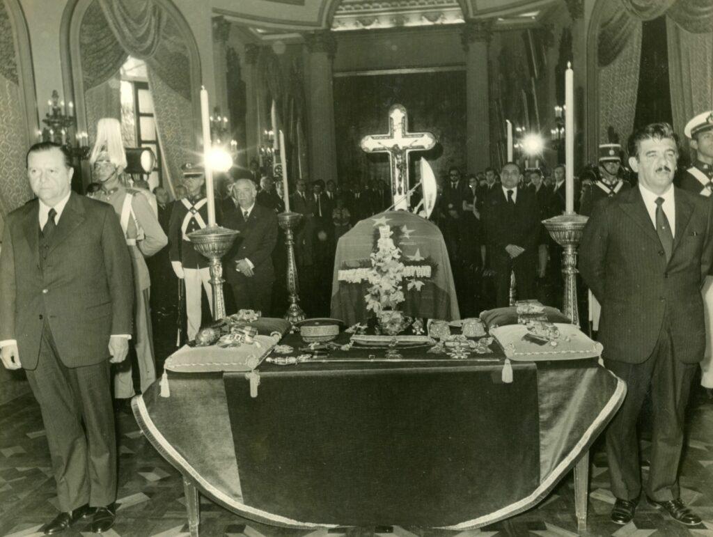 1973. Enero, 3. Guardia de honor ante los restos del expresidente Eleazar López Contreras en el Salón Elíptico del Capitolio Nacional.