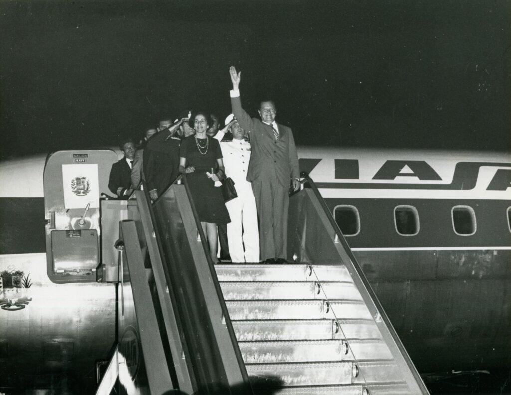 1973. Febrero, 13. Recibimiento en el aeropuerto de Maiquetía al regreso de su gira al sur de América Latina.