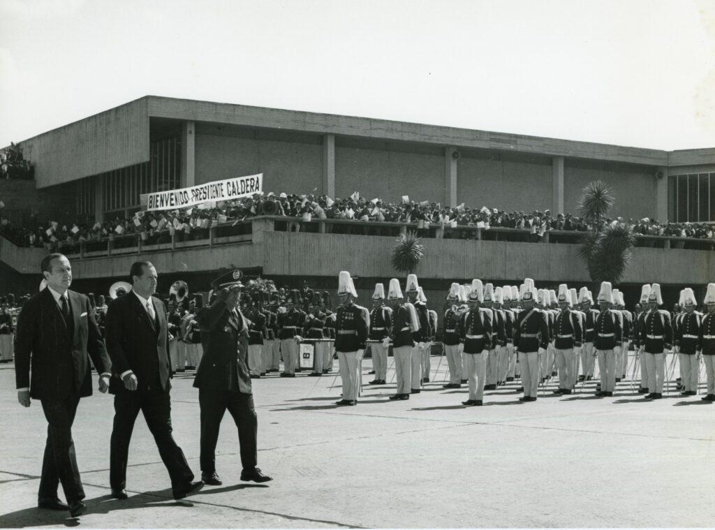 1973. Febrero, 5. Encuentro con el presidente Misael Pastrana Borrero en el aeropuerto El Dorado de Bogotá, en la gira al Sur de América Latina.