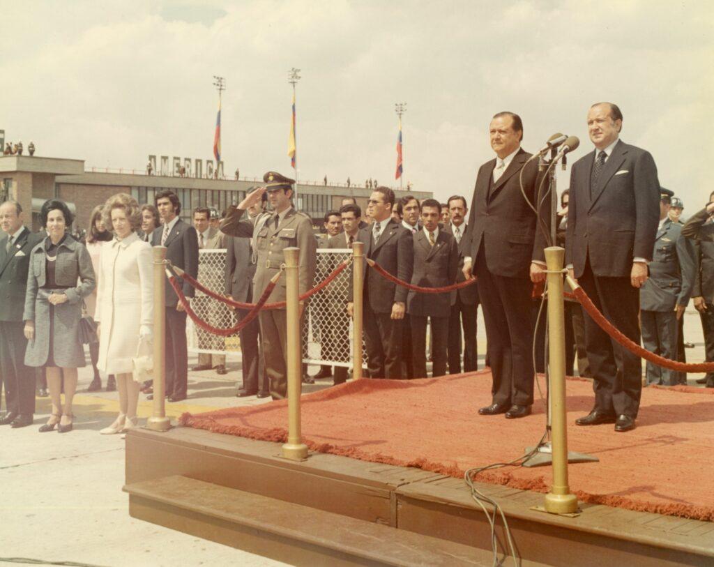 1973. Febrero, 5. Encuentro en el aeropuerto El Dorado de Bogotá con el presidente Misael Pastrana y señora, en la gira al Sur de América Latina.
