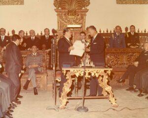 1973. Febrero, 6. Entrega de las llaves de la ciudad en la Municipalidad de Quito, Ecuador.