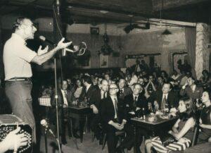 1973. Febrero, 7. En el Viejo Almacén, Buenos Aires, con Hugo Pérez La Salvia, escuchando a Edmundo Rivero