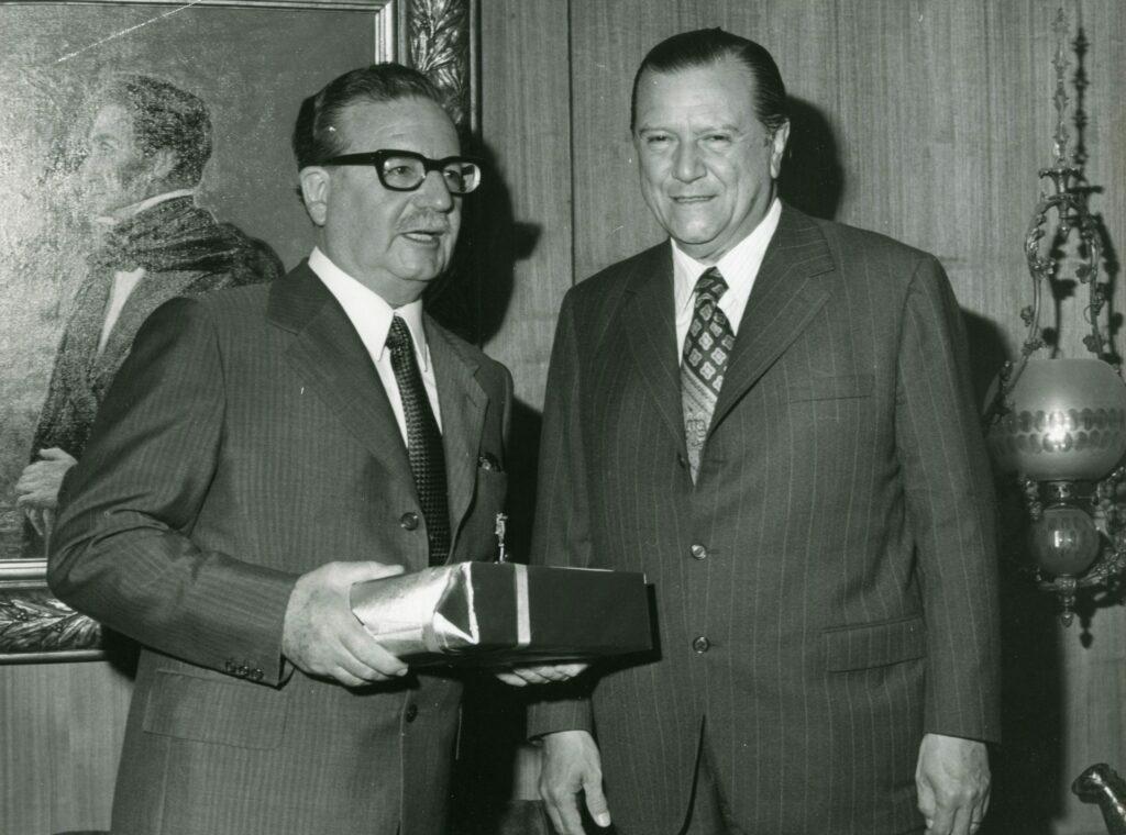 1973. Febrero, 7. Encuentro con el presidente de Chile, Salvador Allende, en el aeropuerto de Santiago.