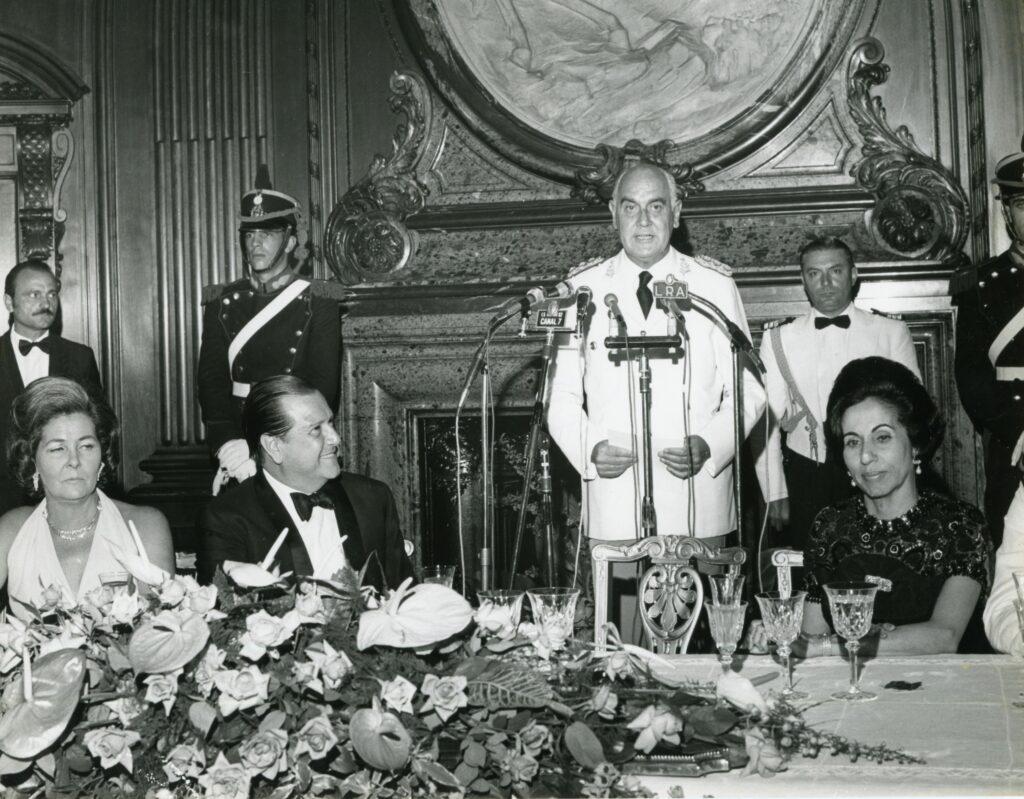 1973. Febrero, 8. Cena de gala ofrecida por el presidente Alejandro Lanusse en Buenos Aires, Argentina.