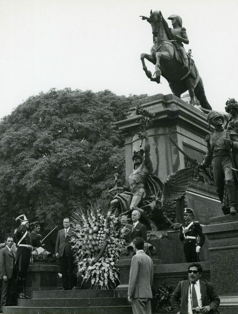 1973. Febrero, 8. Ofrenda floral en el monumento al General San Martín, en Buenos Aires, acompañado de Arístides Calvani.