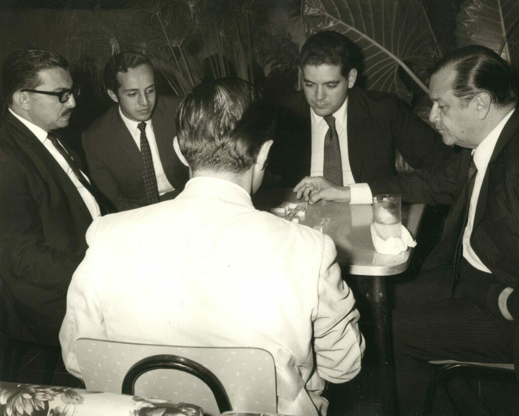 1973. Juego de dominó en la casa del gobernador del Zulia, Hilarión Cardozo, con Eduardo Fernández y Otros.