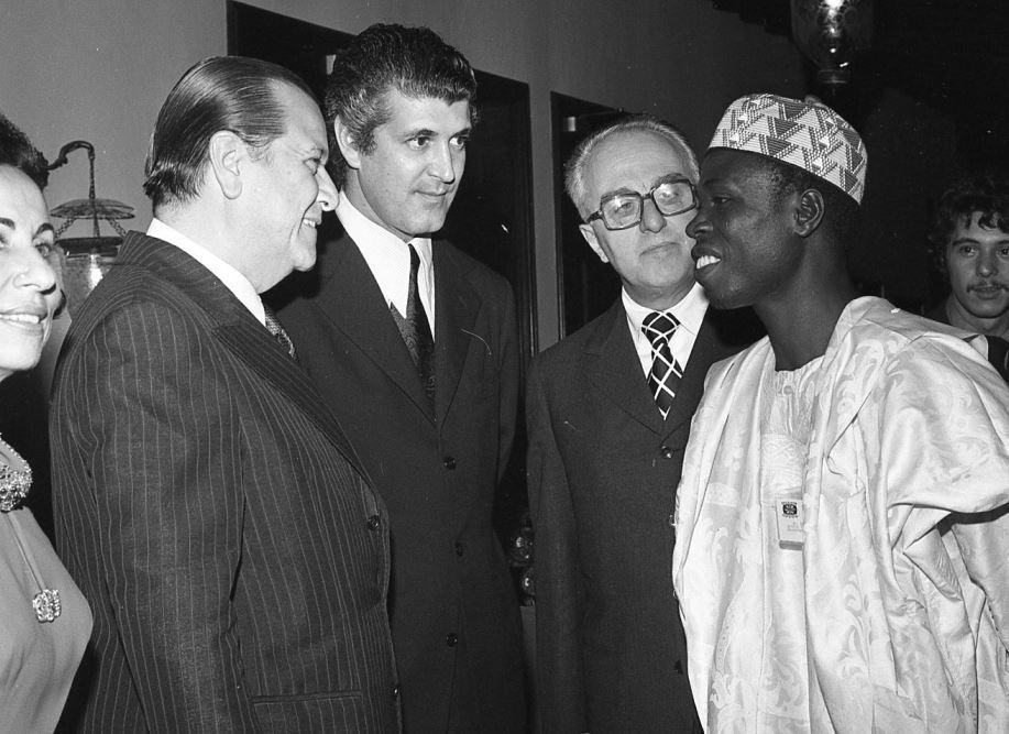1973. Octubre, 2. En una recepción en La Casona para los participantes en una Convención Internacional de Turismo, acompañado por Luis Guillermo Villegas, presidente de CONAHOTU.