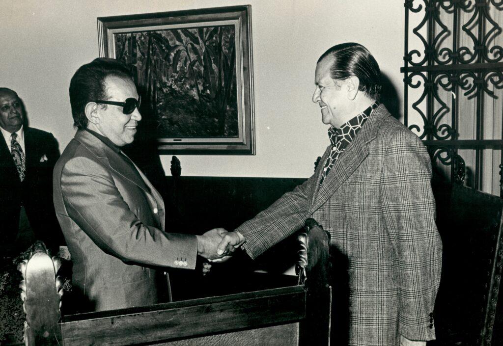 1973. Saludando a Mario Moreno Cantinflas en la residencia presidencial La Casona.