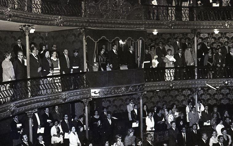 1974. Enero, 18. Concierto en el Teatro Municipal de Caracas. En el palco presidencial los acompaña Luis Alberto Machado.