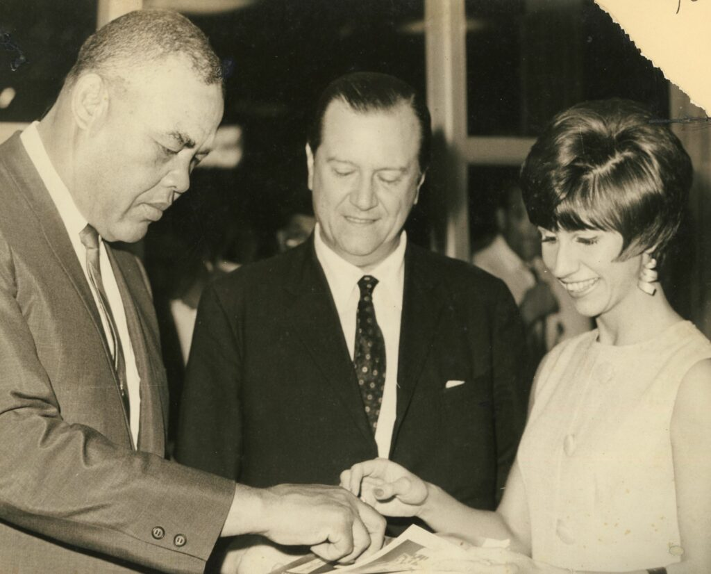 1974. Febrero. Rafael Caldera con el boxeador Joe Louis, en compañía de su hija Mireya.