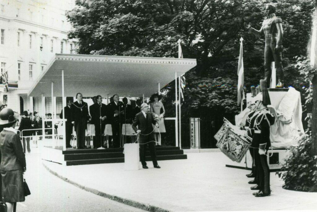 1974. Junio, 13. Develación de la estatua de Bolívar en Londres.