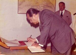 1975. Octubre, 6. Firma del libro de visitantes ilustres en el arsenal de La Carraca, Cádiz, España.