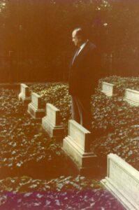 1980. Septiembre, 20. Visita a la tumba de Alexander Von Humboldt en el Palacio de Tegel, Berlín, Alemania.