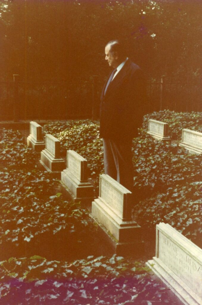Rafael Caldera frente a la tumba de Alexander Von Humboldt