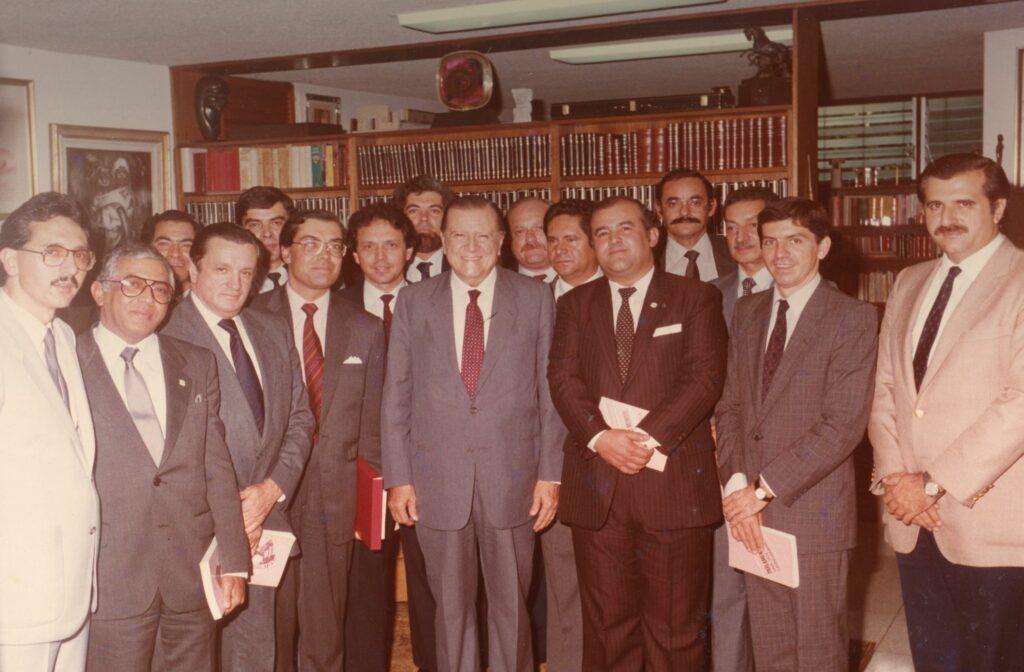 1985. Visita en Tinajero de un grupo de parlamentarios colombianos, entre ellos César Gaviria.