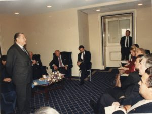 1990. Febrero, 7. Reunión con congresantes de USA en el Capitolio, Washington.