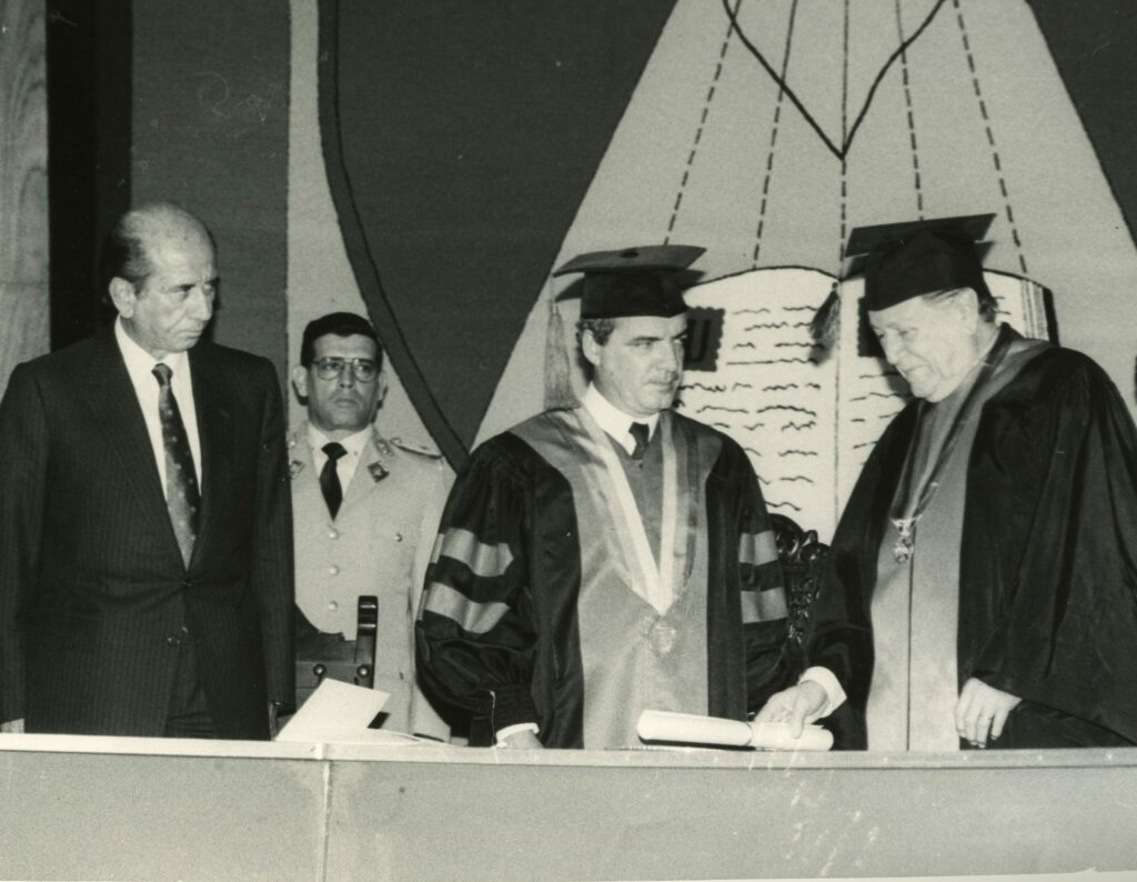 1990. Marzo, 22. Doctorado Honoris Causa de la Universidad Centro-Occidental Lisandro Alvarado.