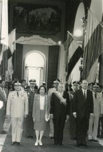 1994. Febrero, 2. Haciendo entrada al Panteón Nacional, acompañado de los generales Rafael Montero Revete y Fernando Ochoa Antich.