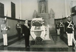 1994. Febrero, 2. Ofrenda floral ante el sarcófago que contiene los restos de El Libertador Simón Bolívar.