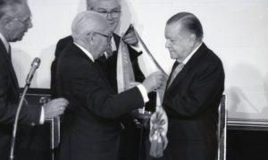 1994. Febrero, 2. Ramón J. Velásquez entrega la banda presidencial a Rafael Caldera.