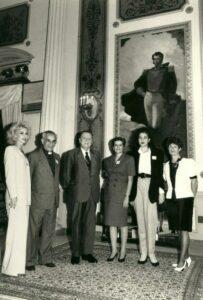 1994. Febrero, 22. Visita de las Damas Salesianas en el Palacio de Miraflores, acompañadas por el padre Miguel González.