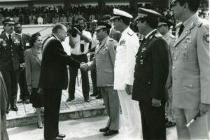 1994. Febrero, 3. Saludo al Alto Mando a su llegada a la tribuna en el Desfile militar en Los Próceres con motivo de la toma de posesión.