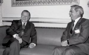 1994. Mayo, 17. Visita a Miraflores del laureado escritor peruano, Mario Vargas Llosa.