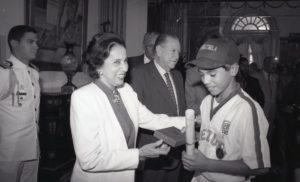 1994. Septiembre, 2. Visita de los campeones de béisbol juvenil al Palacio de Miraflores.